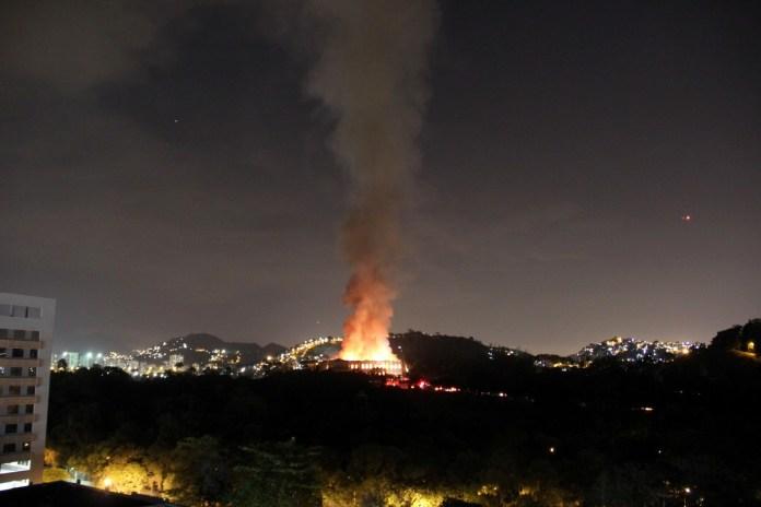 Bomberos intentan extinguir el fuego en el Museo Nacional de Brasil en Río de Janeiro.