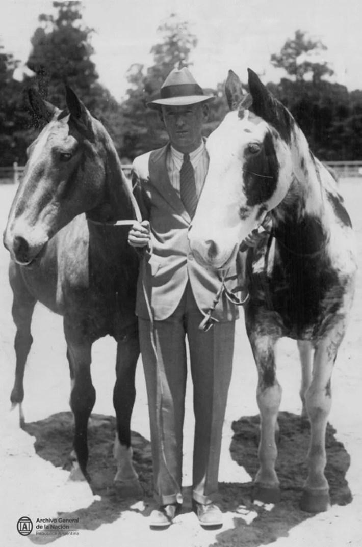 Aimé Félix Tschiffely junto a sus caballos Gato y Mancha, luego de su raid Buenos Aires - Nueva York, 1929. (Archivo General de la Nación)