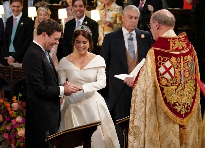 Los novios, en la ceremonia en la St George's Chapel de Windsor (Reuters)