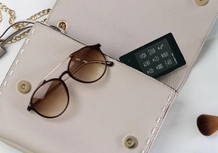 Por su tamaño, es ideal para la cartera de la dama y el bolsillo del caballero.