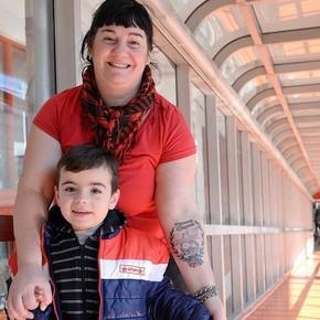 En homenaje a los que salvaron la vida de su hijo se tatuó el Hospital Garrahan en el brazo