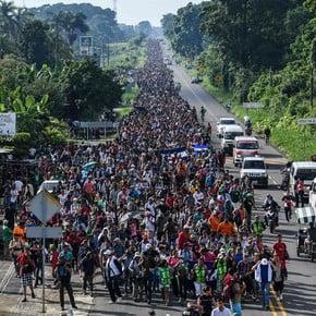 Miles de hondureños reanudaron la marcha hacia Estados Unidos