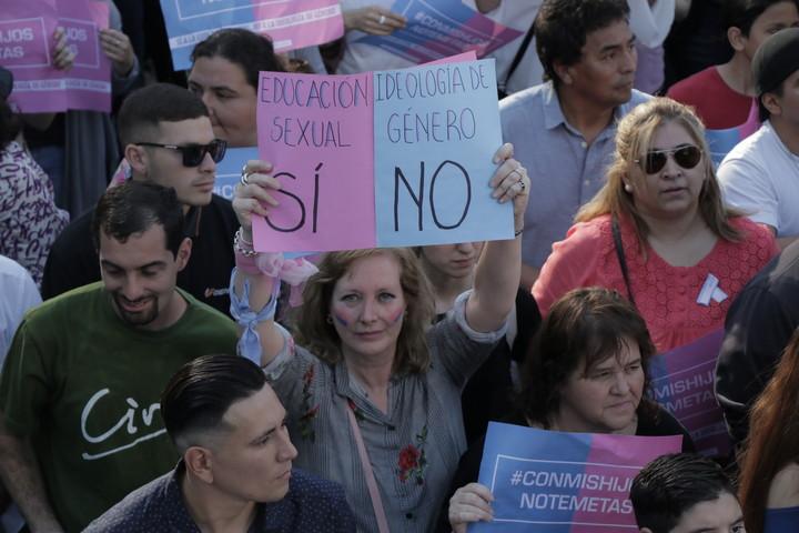 """En Córdoba hubo una multitudinaria participación en la marcha bajo la consigna """"Con mis hijos no te metas"""". (Daniel Cáceres)"""