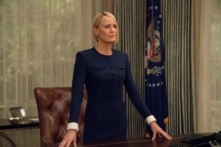 El primer capítulo de la sexta temporada se ocupa más de la muerte de Frank, que de la nueva presidencia de ella.