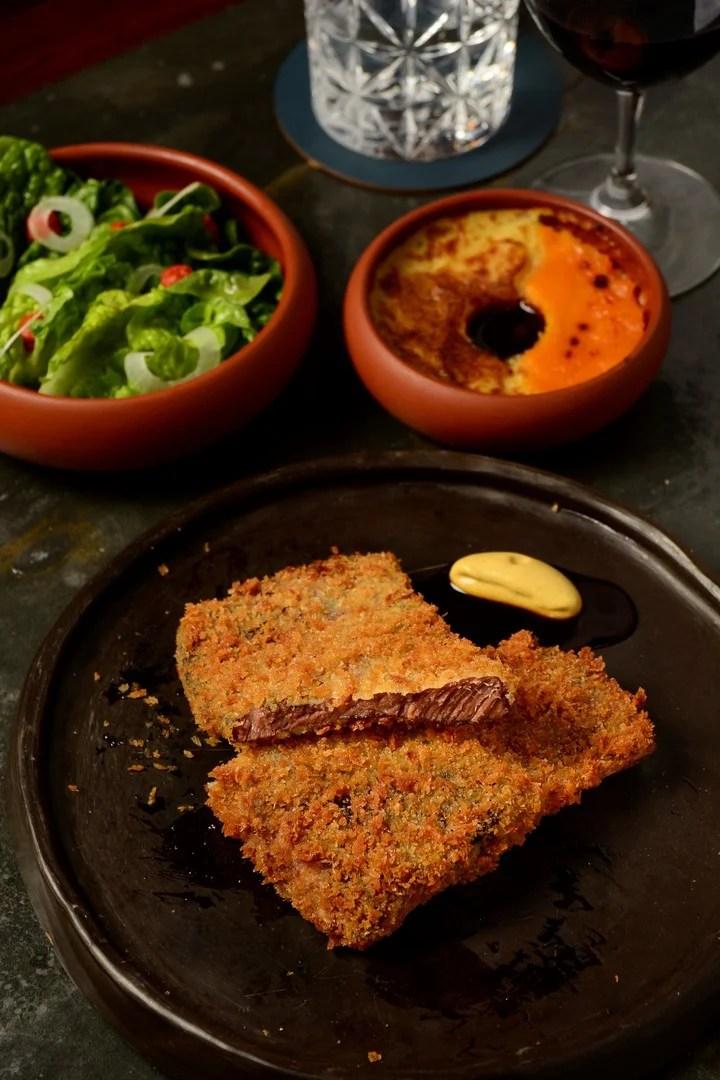 Carne tiernísima y un rebozado crocante. Así es la propuesta de Mengano.