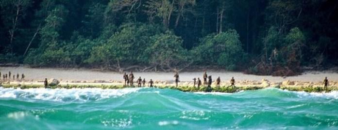 Sentineleses en la costa. (Christian Caron, vía Survival)