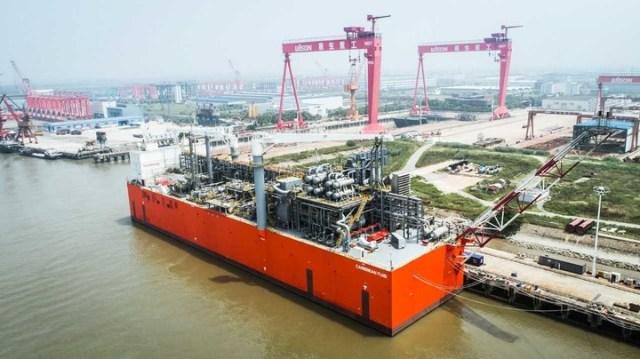 La barcaza regasificadora, que a su arribo al país fue bautizada con el nombre TANGO FLNG   Despues de 12 años de importar, en 2018 YPF empezaba a exportar gas por barco, durante la gestión del gobierno de Cambiemos.