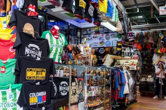 Camisetas y souvenirs en una tienda de la calle Junín de Medellín. DPA