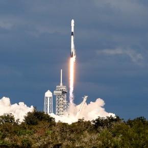 Homenaje en el espacio: lanzan un satélite con las cenizas de 100 fanáticos de la astronomía para que orbiten la Tierra
