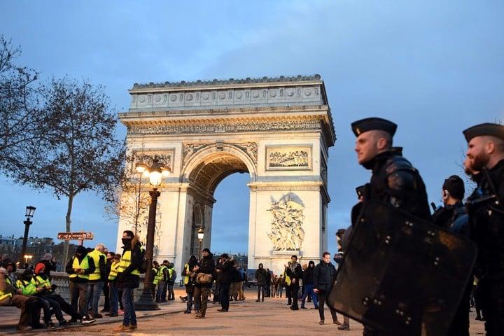 La policía custodiando el Arco del Triunfo. (AFP)