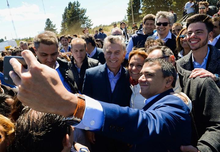 El presidente de Argentina, Mauricio Macri al encabezar este jueves la inauguración de un nuevo tramo del gasoducto Cordillerano-Patagónico. Foto: EFE/ Presidencia.