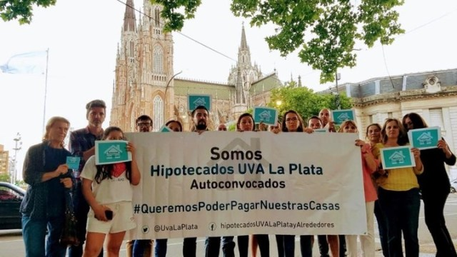 En varias ciudades del país, como La Plata, surgen grupos de deudores que reclaman soluciones.