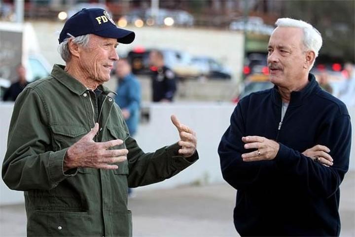 Dos potencias se saludan. Clint Eastwood le da indicaciones a Tom Hanks, quien en 2016 interpretó a al piloto texano Sullenberger.
