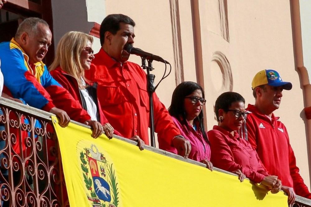 El presidente de Venezuela, Nicolás Maduro (c), el miércoles, dando un discurso frente a simpatizantes junto a su esposa Cilia Flores; el primer vicepresidente del Partido Socialista Unido de Venezuela (PSUV), Diosdado Cabello (i); la vicepresidenta, Delcy Rodríguez. EFE/Cristian Hernandez
