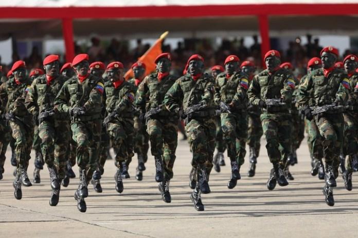 Soldados participan en un acto militar en Caracas (Venezuela) (EFE).