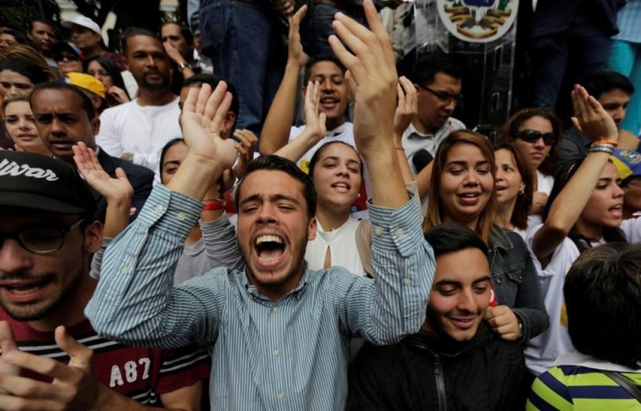 """La gente grita """"Guaidó presidente"""" en la plaza Bolívar, en Caracas. / AFP"""