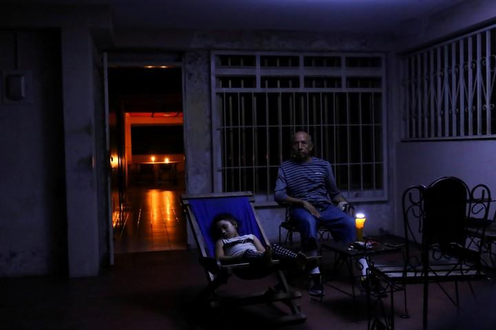 Una familia descansa a oscuras en Puerto Ordaz. (Reuter)