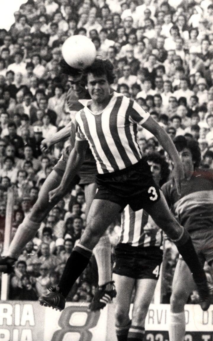 José Luis Brown salta y gana, una postal del defensor con la camiseta de Estudiantes a comienzos de la década del 80.