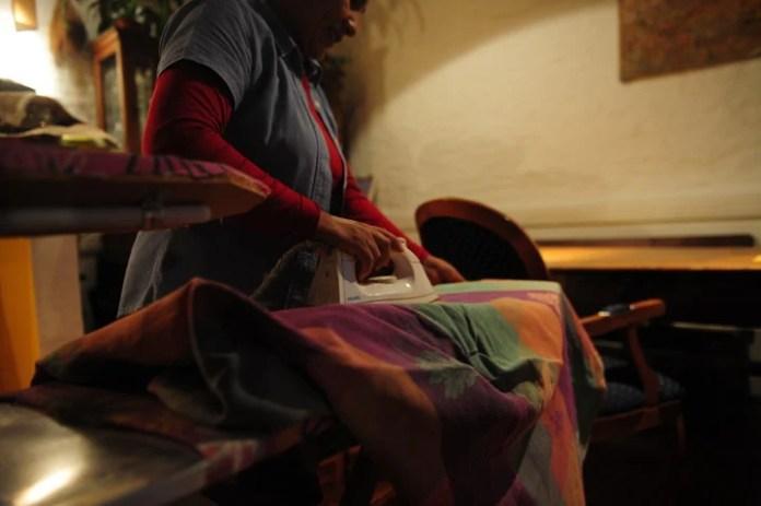 Una empleada doméstica, ocupada con el planchado de la casa. Foto: Leandro Monachesi