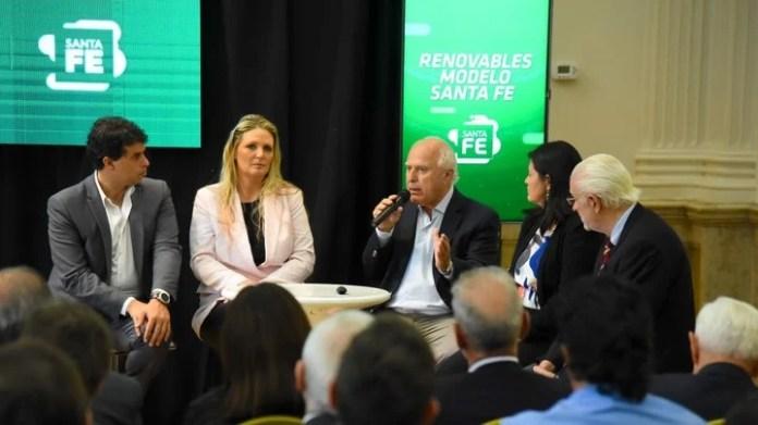 El gobernador Miguel Lifschitz (centro, con el micrófono) y la secretaria de Energía de Santa Fe, Verónica Geese, presentaron los resultados de la prueba en el transporte de Rosario.