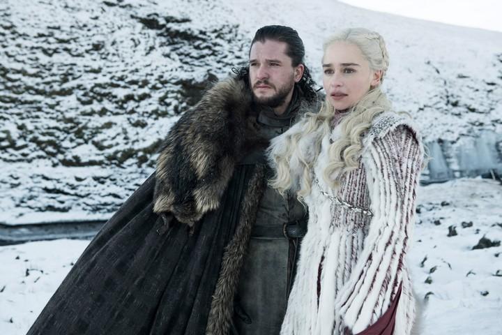 """Jon Snow y Daenerys Targaryen aliaron sus fuerzas y enfrentarán a los """"White Walkers"""" y su ejército de los muertos en la última temporada de Game of Thrones, que arranca este domingo a las 22 por HBO."""