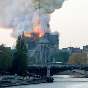 Un incendio de grandes proporciones devora la catedral de Notre Dame
