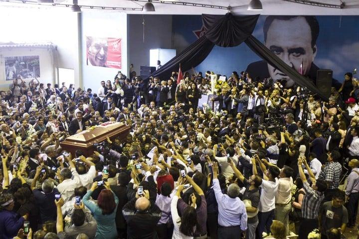 Cientos de personas asisten este viernes al velorio del expresidente peruano Alan García./EFE