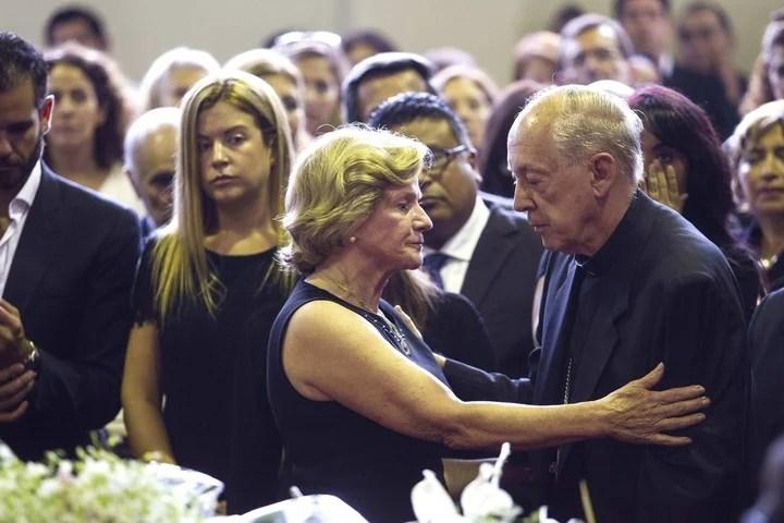 El excardenal Juan Luis Cipriani saluda a Pilar Nores, viuda del expresidente peruano Alan García./ EFE