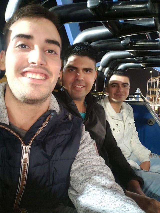 """Cristian Sánchez, con dos amigos, el sábado a la noche, en el Hollywood Park. El joven quedó atrapado en el juego """"Discovery""""."""