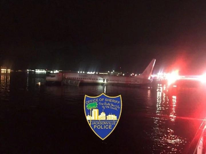 Todos los pasajeros y tripulantes del Boeing 737 salieron ilesos del accidente. (Jacksonville Police)