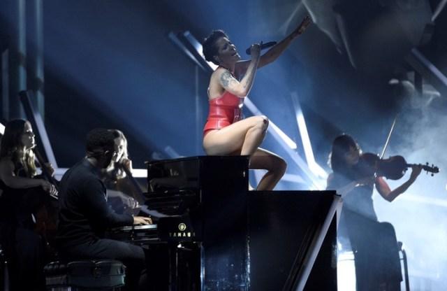 Halsey se lució durante la entrega de los premios Billboard, en mayo de 2019. (Foto: Chris Pizzello/Invision/AP)