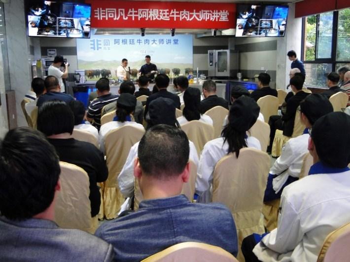 Asistieron más de sesenta chefs y estudiantes de gastronomía.