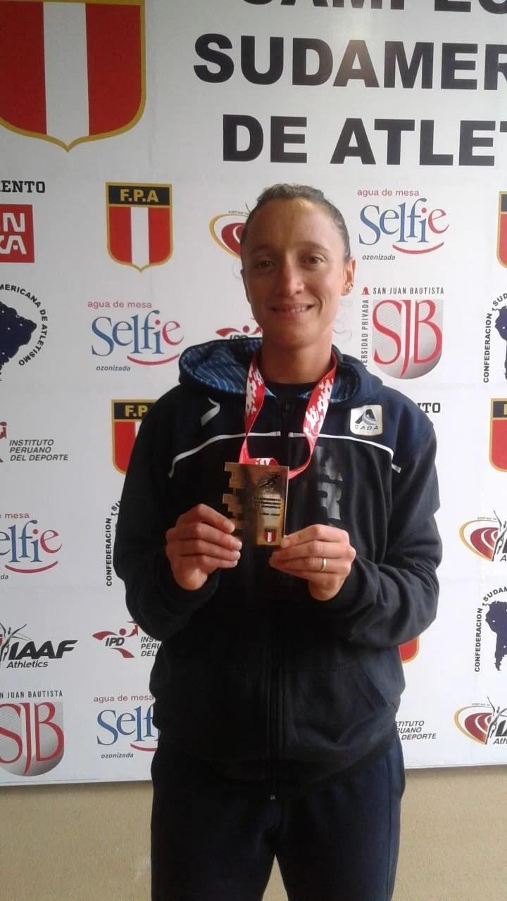 Florencia Borelli, con la medalla de oro de los 5.000 metros del Sudamericano de atletismo, en Lima. Foto: Consudatle