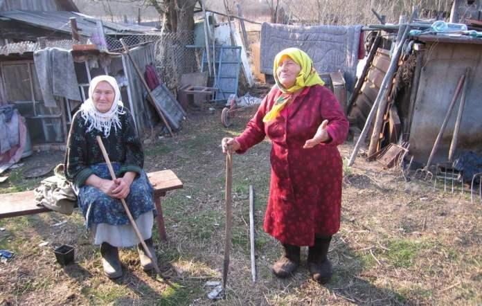 Habitantes de la localidad de Parishiv, a 17 kilómetros del reactor de Chernobyl  EFE