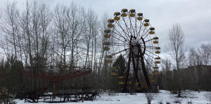 Una rueda de la fortuna yace inmóvil en medio de los árboles que reclaman el espacio sin tregua. /  Fotos Pablo Salvatori