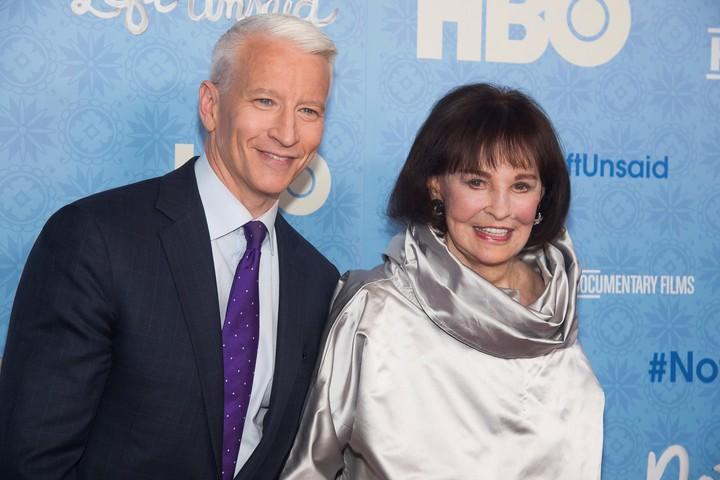 Anderson Cooper, su hijo y presentador de TV, junto a Gloria Vanderbilt, en 2016. (AP)
