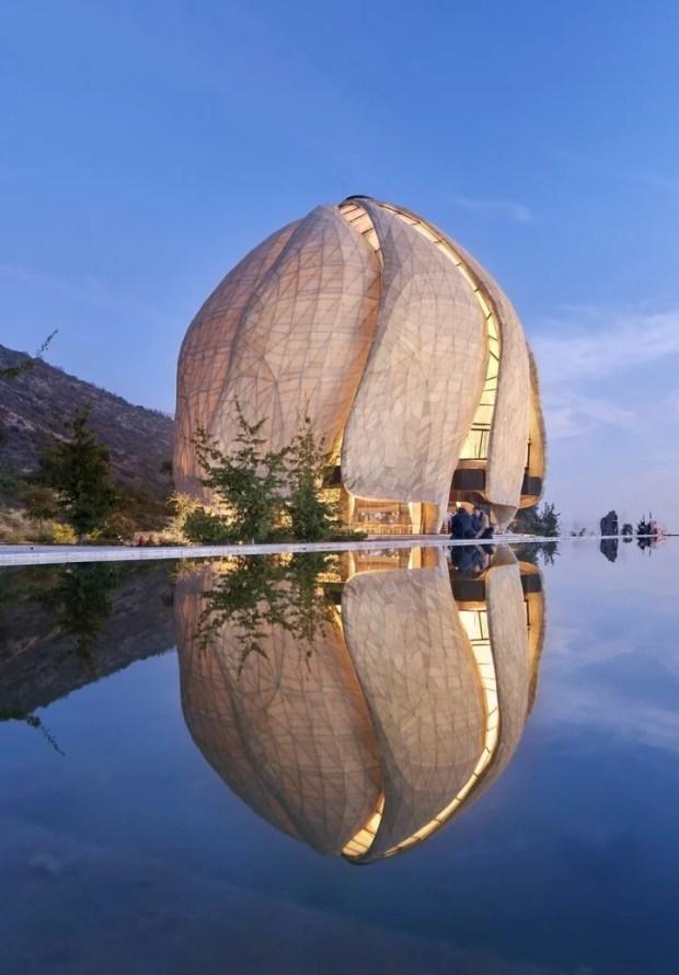 Templo Bahá'i. Un espejo de agua destaca el área próxima a la obra. Foto: Doublespace Photography.