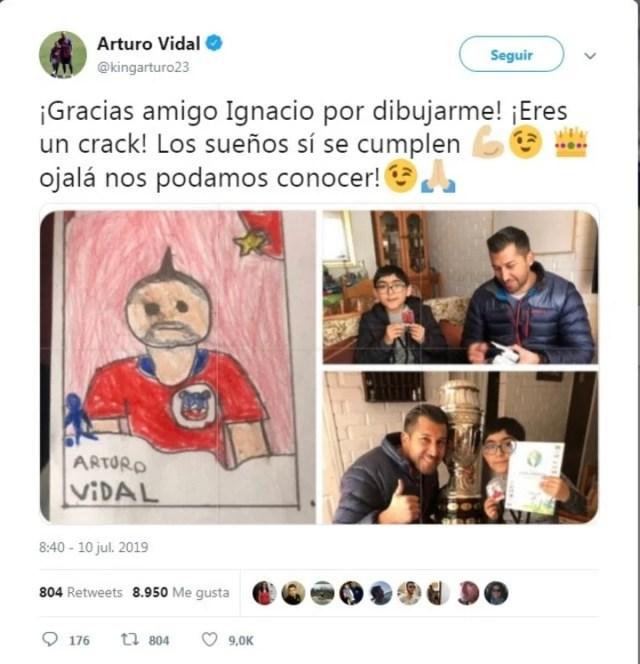 """Arturo Vidal, protagonista del dibujo de Ignacio, no tardó en contestar al pequeño. """"¡Gracias amigo Ignacio por dibujarme! ¡Eres un crack! Los sueños sí se cumplen, ojalá nos podamos conocer"""", escribía el futbolista del FC Barcelona en Twitter junto a una fotografía de Ignacio."""