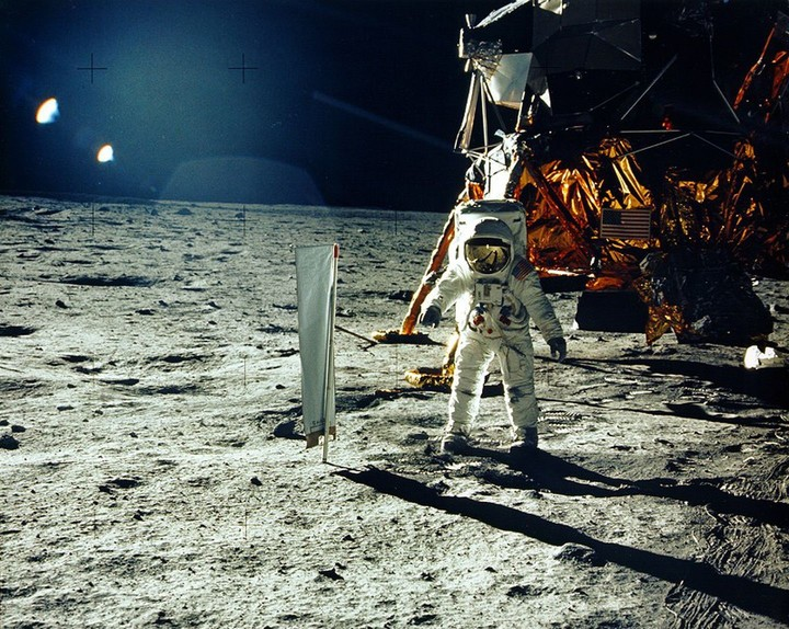 Aldrin in the sea of the tranquility of the moon.  Photo NEIL ARMSTRONG / NASA