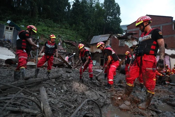 Los rescatistas continúan trabajando este domingo para encontrar a los desaparecidos tras el paso del tifón. (EFE)