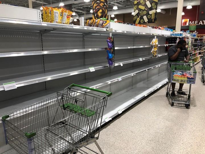 Un clásico. Góndolas vacías en un supermercado del norte de Miami a la espera de la llegada del huracán Dorian.