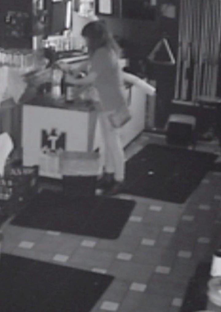 La mujer que se olvidaron encerrada en un bar y aprovechó para seguir tomando. (Facebook)