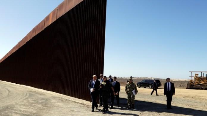 Trump, de recorrida por el nuevo muro. (AP Photo/Evan Vucci)
