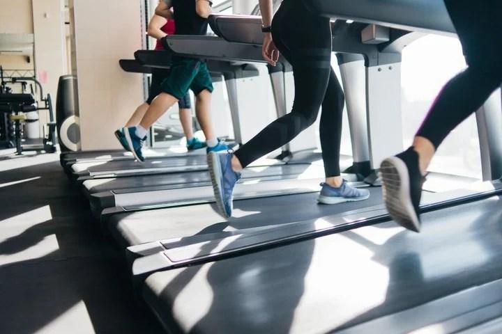 La actividad física y la buena alimentación ayudan en el tratamiento de la celulitis.