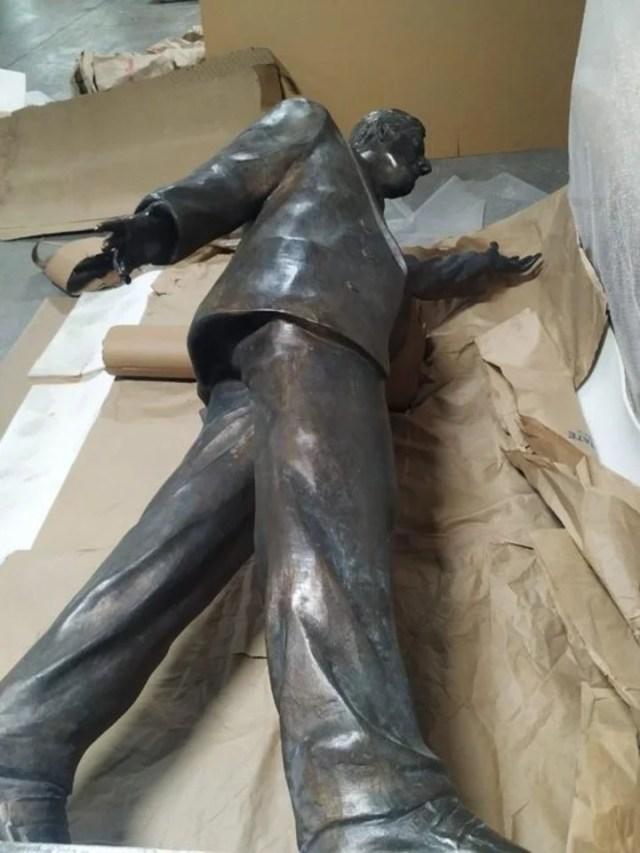 La estatua de Néstor Kirchner estaba colocada en los exteriores del edificio de la Unasur.