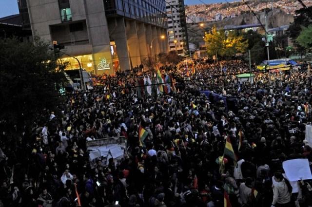 Cientos de seguidores de Carlos Mesa y de Evo Morales se concentraron frente al hotel de La Paz donde se encuentro el Tribunal Electoral. Hubo incidentes y enfrentamientos con la Policía. (AFP)