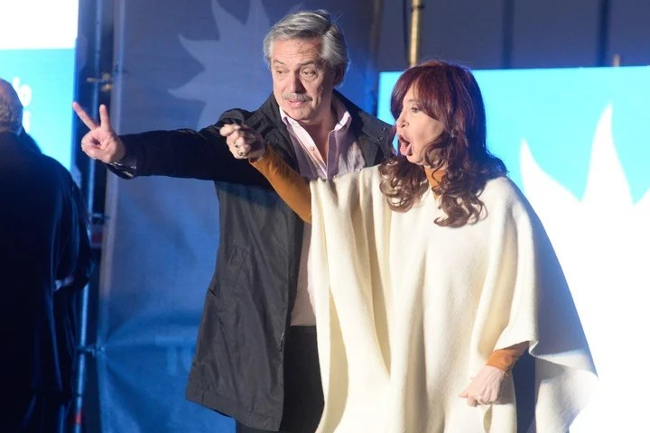 Alberto Fernández, then presidential candidate for the Frente de Todos, in a campaign event with Cristina Kirchner, in Santa Rosa.  Photo EFE