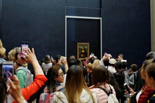 """""""La Gioconda"""" 1503 y 1506, tal como se la expone en una sala recién renovada del Louvre; por la gran cantidad de público que quiere verla, también se presenta en una experiencia de realidad virtual (AP Photo/Thibault Camus)"""