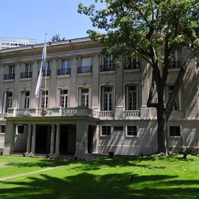 Cómo es la residencia diplomática argentina en Santiago que quisieron destruir