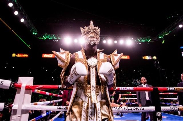 Wilder ya había sorprendido con su disfraz. Fue en la previa de la pelea que le ganó a Luis Ortiz, en noviembre pasado. (EFE)